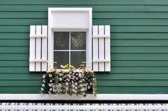 Verfraaid venster van groene architectuur Stock Fotografie