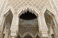 Verfraaide bogen en kolommen binnen Alhambra Stock Foto's