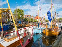 Verfraaide boten in historische haven tijdens de Dagen van gebeurtenisadmiraliteit in oude stad van Dokkum, Friesland, Nederland royalty-vrije stock fotografie