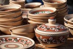 Verfraaide ceramische pot en aardewerkinzameling bij Th Stock Foto's