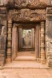 Binnen deuropening, de tempel van Banteay Srei, Kambodja Stock Fotografie