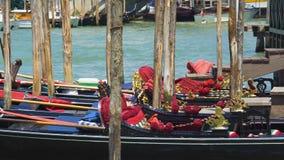 Verfraaide die gondels in Grand Canal, traditioneel watervervoer in Venetië worden geparkeerd stock videobeelden