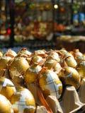 Verfraaide eieren in markt Stock Foto's