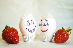 Verfraaide eieren met aardbei royalty-vrije stock fotografie