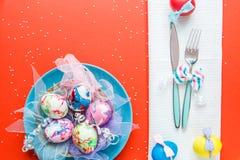 Verfraaide eieren op blauwe plaat Stock Foto