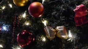 Verfraaide en aangestoken Kerstboom. stock footage