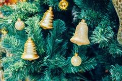 Verfraaide gouden klok op Kerstboom royalty-vrije stock foto