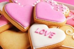 Verfraaide hart gevormde koekjes, close-up De dag van de valentijnskaart `s royalty-vrije stock afbeeldingen