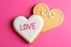 Verfraaide hart gevormde koekjes op kleurenachtergrond, hoogste mening stock afbeeldingen