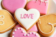 Verfraaide hart gevormde koekjes op plaat, close-up De dag van de valentijnskaart `s royalty-vrije stock afbeeldingen