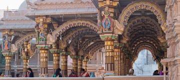 Verfraaide Hindoese tempeloverwelfde galerijen Royalty-vrije Stock Afbeeldingen