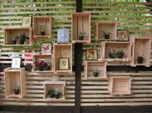 Verfraaide houten dozen bij de muur Stock Foto's