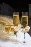 Verfraaide huwelijksglazen met champagne Stock Afbeeldingen