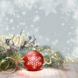 Verfraaide Kerstboom en rode snuisterij, tekstruimte Royalty-vrije Stock Foto's