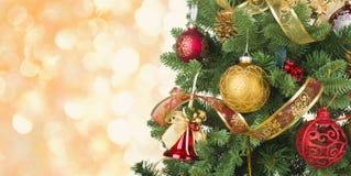 Verfraaide Kerstboom op abstracte lichtenachtergrond met exemplaarruimte Stock Fotografie