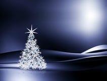 Verfraaide Kerstboom op blauwe achtergrond Royalty-vrije Stock Foto's