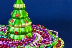 Verfraaide Kerstboom op vaag, het fonkelen en feeachtergrond royalty-vrije stock afbeelding