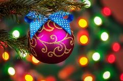 Verfraaide Kerstboom op vaag, het fonkelen en feebackgro stock foto's