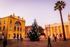 Verfraaide Kerstboom in Spleet, Kroatië voor het Kroatische Nationale Theater Stock Afbeeldingen
