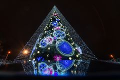Verfraaide Kerstboom in Vilnius met bezinning over het mobiele telefoonscherm stock afbeelding