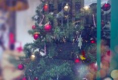 Verfraaide Kerstboom voor het Nieuwjaar in een winkelvenster Gift stock foto's