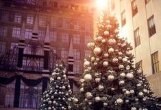 Verfraaide Kerstboomverlichting in de stad Stock Afbeelding