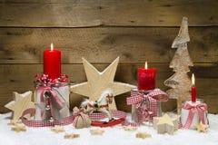 Verfraaide Kerstkaart met rode kaarsen en sterren op houten bedelaars Royalty-vrije Stock Foto