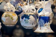 Verfraaide Kerstmisballen en klok Royalty-vrije Stock Fotografie