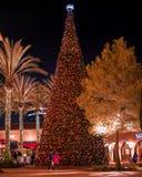 Verfraaide Kerstmisboom in de wandelgalerij, de gelukkige mensen door de grote Kerstmisboom lopen op Kerstmis en het Nieuwjaar di royalty-vrije stock foto