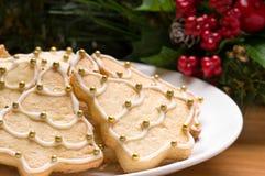 Verfraaide Kerstmiskoekjes in het feestelijke plaatsen Stock Foto's