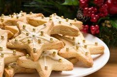 Verfraaide Kerstmiskoekjes in het feestelijke plaatsen royalty-vrije stock afbeeldingen