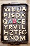 Verfraaide koekjes ABC op bakseldienblad Stock Afbeelding