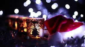 Verfraaide komst, vier kaarsen en Santa Claus-hoed stock videobeelden