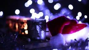 Verfraaide komst, vier kaarsen en Santa Claus-hoed stock video