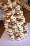 Verfraaide kopcakes op caketribune Royalty-vrije Stock Afbeeldingen