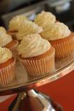 Verfraaide kopcakes op caketribune Stock Afbeeldingen