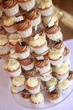 Verfraaide kopcakes op caketribune Royalty-vrije Stock Foto