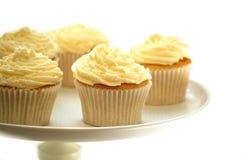 Verfraaide kopcakes op caketribune Stock Afbeelding