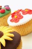 Verfraaide kopcakes op wit Royalty-vrije Stock Foto's