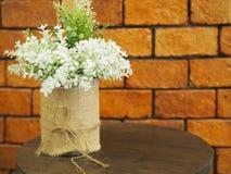 Verfraaide kunstbloemen op houten lijst met r Royalty-vrije Stock Foto