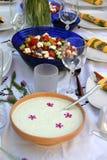 Verfraaide lijst met tzatziki en kleurrijke salade Royalty-vrije Stock Afbeeldingen