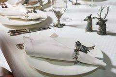 Verfraaide lijstplaten, vorken, glazen met zilveren beeldjes van dieren en vogels Royalty-vrije Stock Afbeeldingen