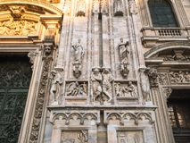 Verfraaide muur dichtbij portaal van Milan Cathedral royalty-vrije stock foto