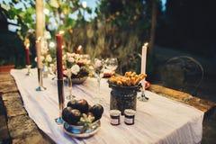 Verfraaide openluchthuwelijkslijst met bloemen in rustieke stijl stock afbeelding