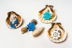 Verfraaide overzeese shells met marien wiel en anker stock foto's