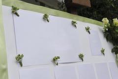 Verfraaide raad met een bos van witte rozen en groen lint Stock Fotografie