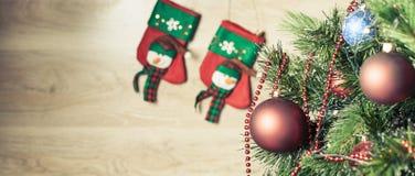 Verfraaide rode bal op Kerstboom met sokken bij achtergrond Stock Fotografie