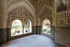 Verfraaide ruimte binnen Nasrid-Paleis in het complex van Alhamb Stock Afbeeldingen