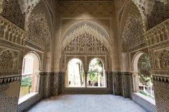 Verfraaide ruimte binnen Nasrid-Paleis in het complex van Alhamb Royalty-vrije Stock Fotografie
