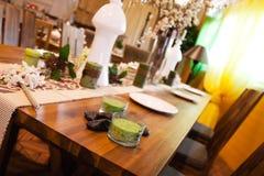 Verfraaide scène met kaarsen, bloemen en schotels Stock Foto's